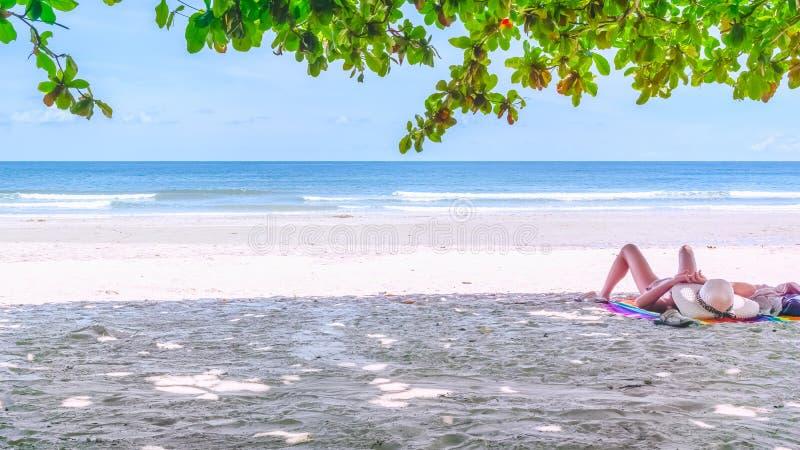 Conceito das férias do feriado da praia do verão A jovem mulher relaxa no foto de stock royalty free