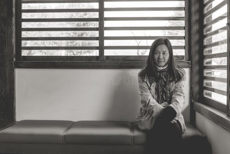 Conceito das férias do inverno do curso: O sentimento asiático do viajante da mulher do retrato aprecia e felicidade com viagem d imagem de stock royalty free