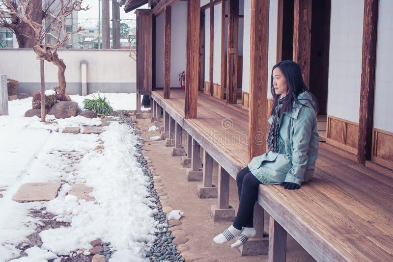 Conceito das férias do inverno do curso: O sentimento asiático do viajante da mulher do retrato aprecia e felicidade com viagem d imagem de stock