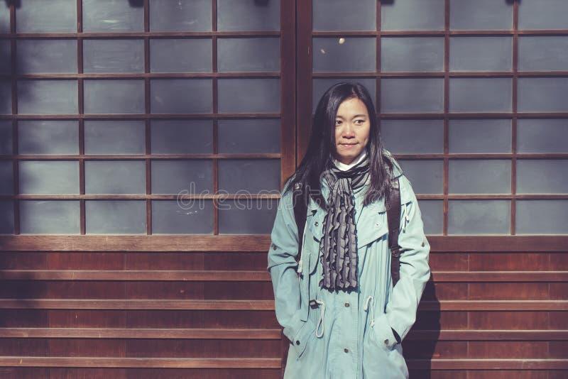 Conceito das férias do inverno do curso: O sentimento asiático do viajante da mulher do retrato aprecia e felicidade com viagem d fotos de stock