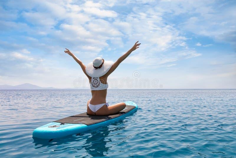 Conceito das férias do mar do verão com mulher feliz foto de stock