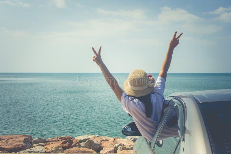 Conceito das férias e do feriado: Viagem feliz no mar, felicidade do carro de família do sentimento da mulher do retrato fotos de stock