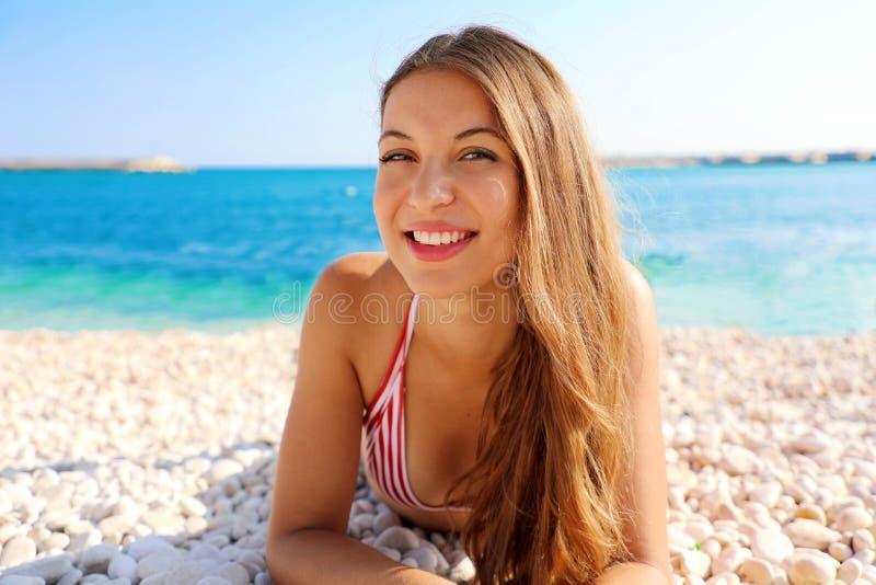 Conceito das f?rias de ver?o A mulher de sorriso nova que aprecia relaxa o encontro na praia que olha a câmera fotografia de stock