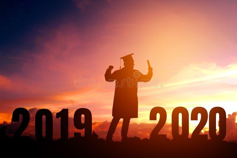 Conceito das felicitações de uma educação de 2020 anos da graduação do homem novo da silhueta do ano novo em 2020, liberdade e an fotografia de stock royalty free