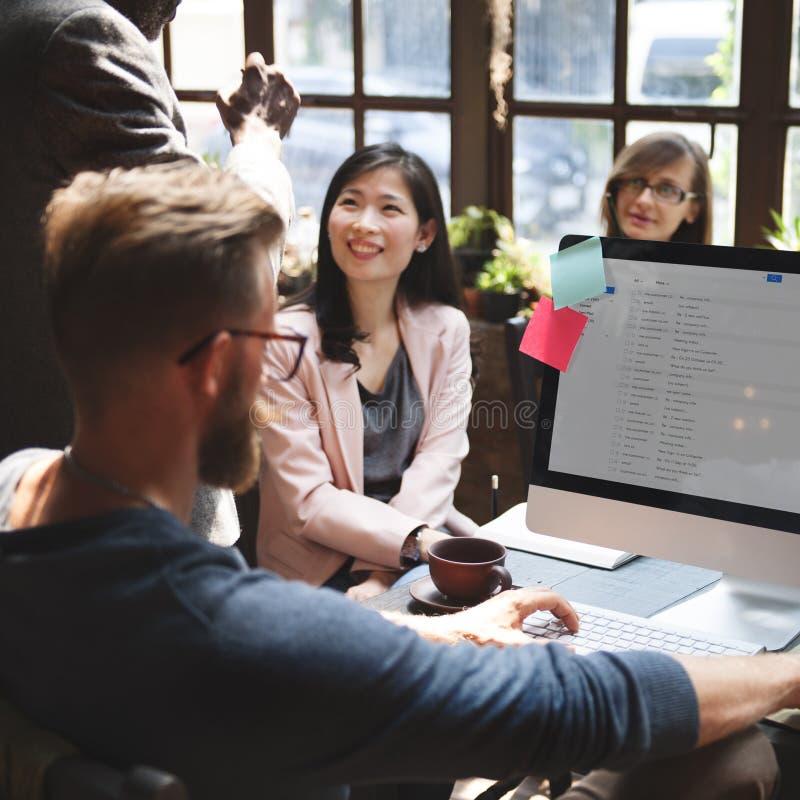 Conceito das ideias dos trabalhos de equipa da conferência dos colegas do negócio imagem de stock royalty free