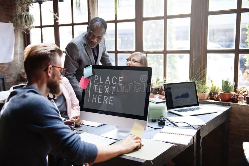 Conceito das ideias dos trabalhos de equipa da conferência dos colegas do negócio imagem de stock