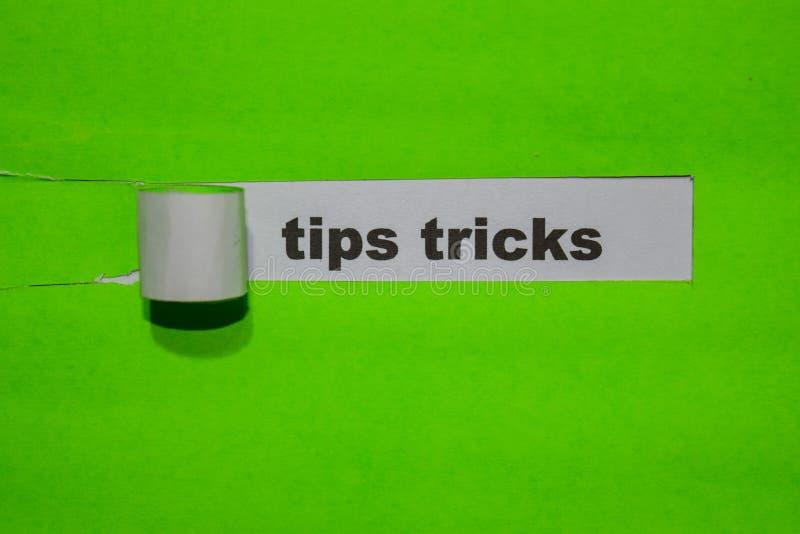 Conceito das pontas & dos truques, da inspiração e do negócio no papel rasgado verde fotos de stock