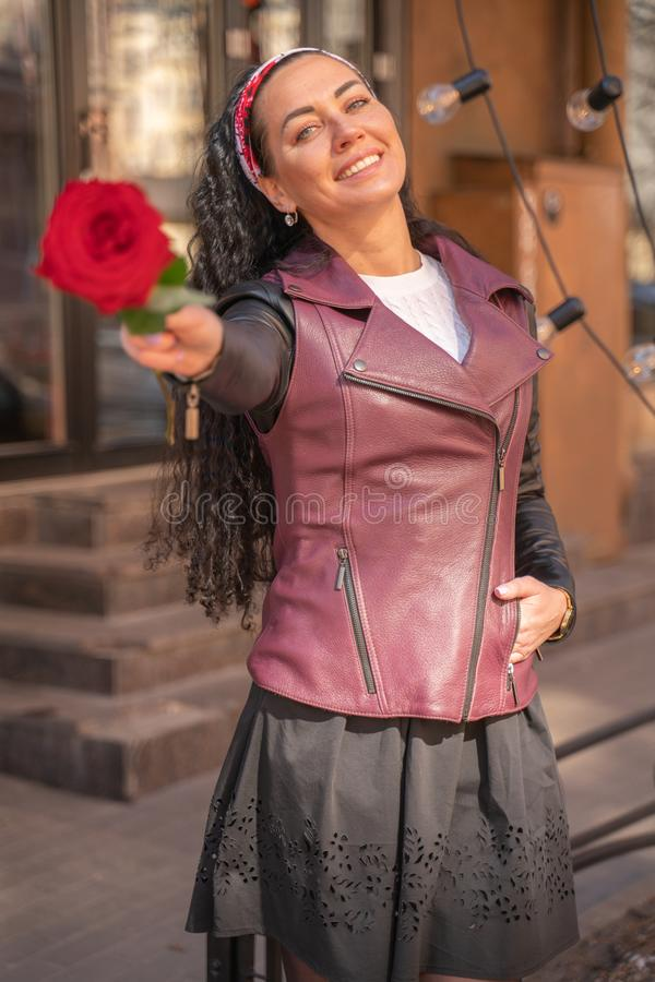 Conceito de amor e flirt. Feliz Sorriso Dá Uma Rosa Vermelha fotografia de stock royalty free