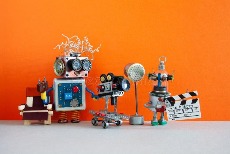 Conceito de bastidores da realização robótico Episódio ou filme filme da televisão de dois tiros dos robôs Cineastas engraçadas imagens de stock