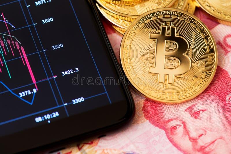 Conceito de Bitcoin Blockchain que deposita em linha e fim de troca acima da porcelana do bitcoin do yuan de renminbi fotografia de stock royalty free