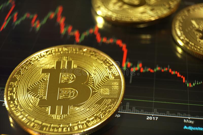 Conceito de Bitcoin, bitcoin com para cima e para baixo fundo da carta da tendência foto de stock