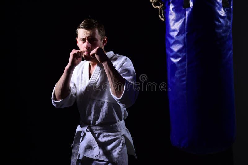 Conceito de combate Homem de combate no quimono Homem do karaté na posição de combate Luta Keep foto de stock royalty free