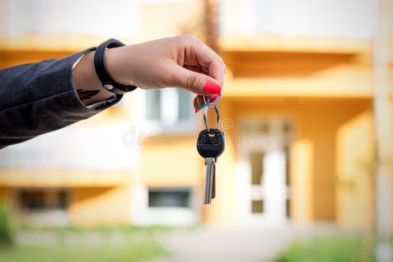 Conceito de comprar, de vender e de alugar o alojamento Um woman& x27; mão h de s foto de stock