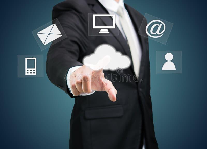Conceito de computação da nuvem do toque da mão do homem de negócios imagens de stock royalty free