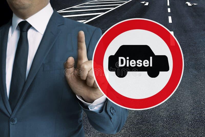 Conceito de condução diesel da proibição mostrado pelo homem de negócios foto de stock