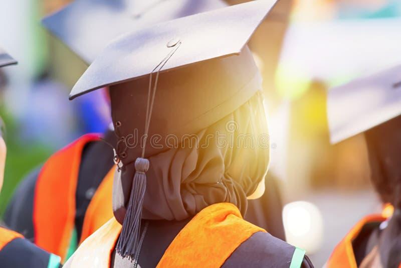 Conceito de Congratulution, mulheres muçulmanas, graduados no graduado da universidade imagens de stock