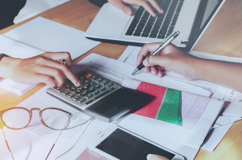 Conceito de contabilidade da mulher de negócio dos trabalhos de equipa financeiro imagens de stock