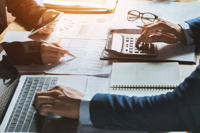 Conceito de contabilidade da mulher de negócio dos trabalhos de equipa financeiro foto de stock