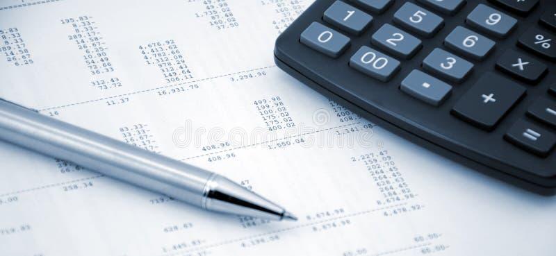 Conceito de contabilidade Pena e calculadora em um fundo dos números imagens de stock