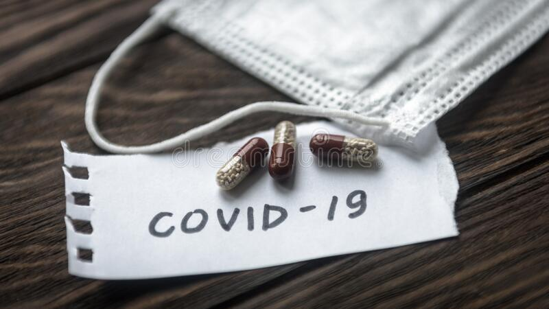 Conceito de coronavírus COVID-19 Máscara de proteção e cápsulas para o tratamento da COVID- 19 Surto do vírus da coroa, epidemia imagens de stock