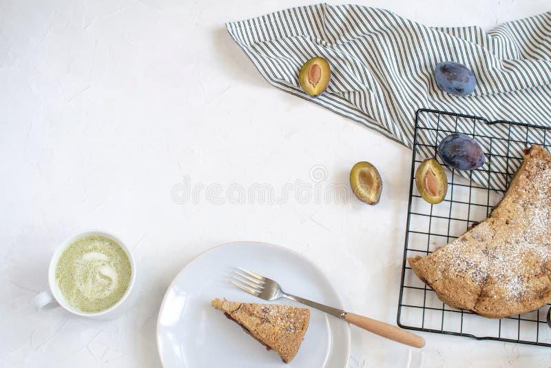 Conceito de cozimento do outono - torta da ameixa fotografia de stock
