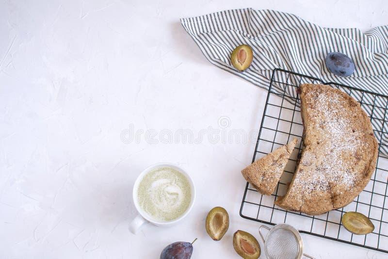 Conceito de cozimento do outono - torta da ameixa imagens de stock