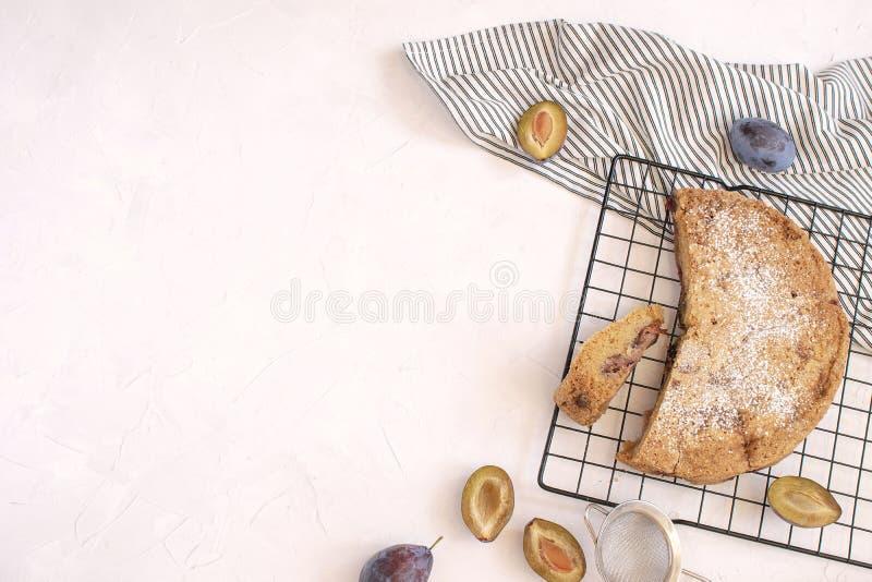 Conceito de cozimento do outono - torta da ameixa fotografia de stock royalty free