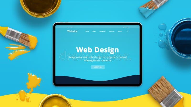 Conceito de design web com tema liso moderno do projeto em uma tabuleta fina cercada por escovas e por caixas da cor imagens de stock