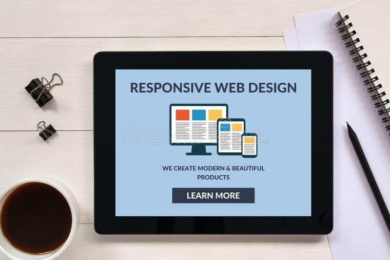 Conceito de design web responsivo na tela da tabuleta com objec do escritório foto de stock royalty free