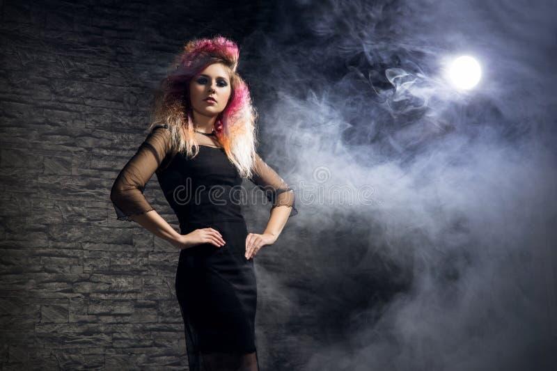 Conceito de Dia das Bruxas: bruxa nova e 'sexy' no luar fotografia de stock royalty free