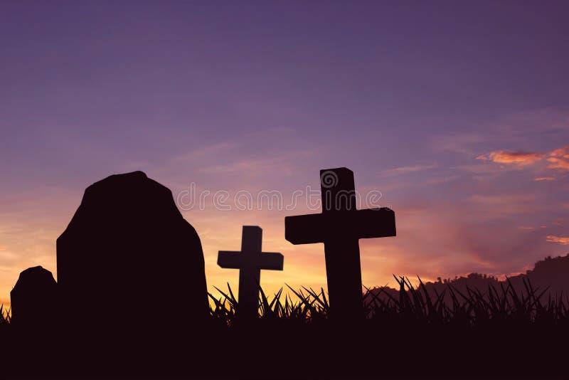 Conceito de Dia das Bruxas, a lápide e silhueta do crucifixo, fotos de stock royalty free