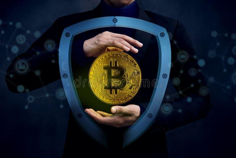 Conceito de Digitas Cryptocurrency Sucurity Homem de negócios no gesto fotos de stock royalty free