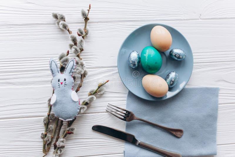 Conceito de Easter placa, forquilha, ovos em um fundo branco fotos de stock royalty free