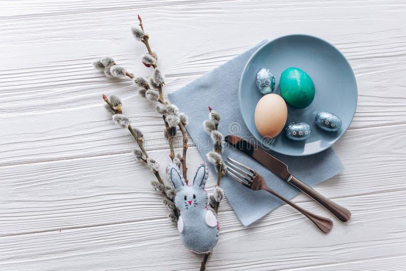 Conceito de Easter placa, forquilha, ovos em um fundo branco imagens de stock