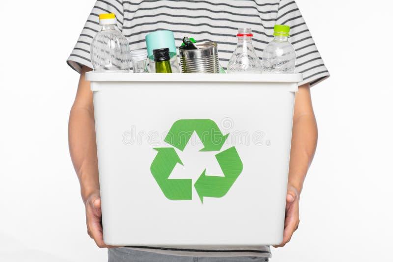 Conceito de Eco Mãos masculinas que guardam o escaninho de reciclagem completamente de reciclável imagem de stock royalty free