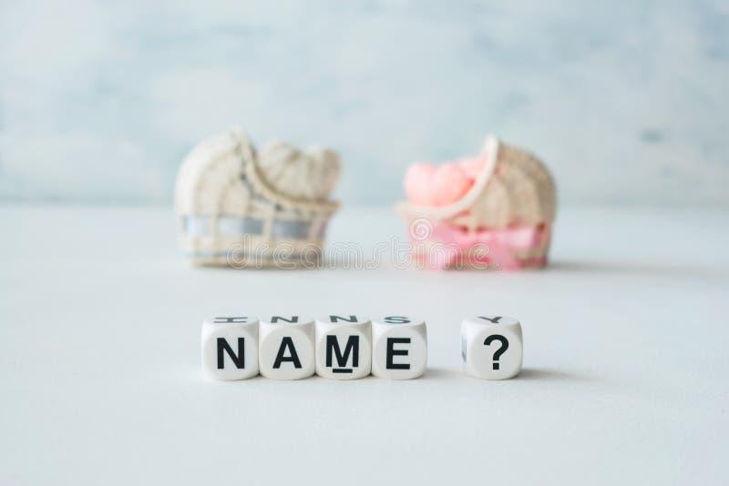 Conceito de escolher o nome do bebê Rosa e cr decorativo azul da palha fotografia de stock royalty free