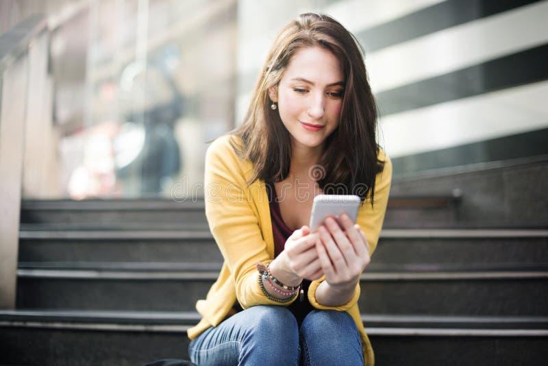 Conceito de espera da tecnologia da cidade da conexão do telefone celular da mulher foto de stock