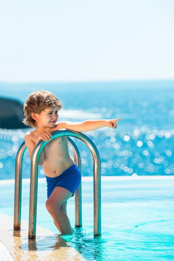 Conceito de férias Humor aquático Férias de Verão Melhor piscina perto do mar Garoto e piscina fotos de stock royalty free