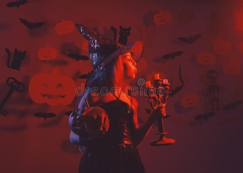 Conceito de festa de Halloween Garota com cara ocupada em vermelho sangrento fotografia de stock