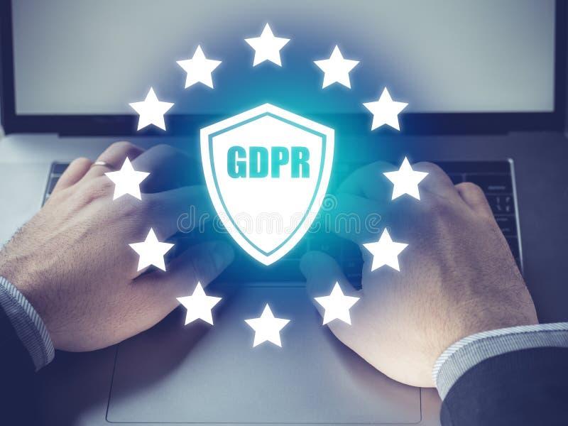 Conceito de GDPR, homem de negócios que lê sobre o regulamento geral da proteção de dados, informação privada fotografia de stock