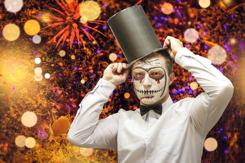 Conceito de Halloween Fundo do partido de Dia das Bruxas Homem com trajes e composição em uma celebração de Dia das Bruxas imagens de stock