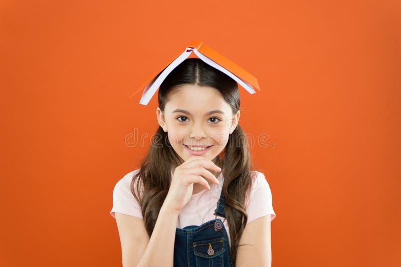 Conceito de Homeschooling poesia e novela Instru??o moderna Notas da escrita diário da criança lição da literatura De volta ? esc fotos de stock