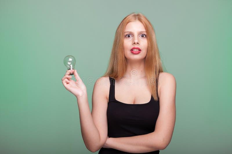 Conceito de Ideea da mulher que mantém uma ampola disponivel imagem de stock