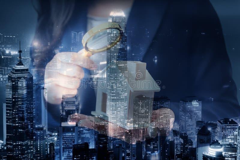 Conceito de investimento residencial e imobiliário comercial, Broker Sell Agency of Property Estates Investigation by Magnifying  foto de stock royalty free