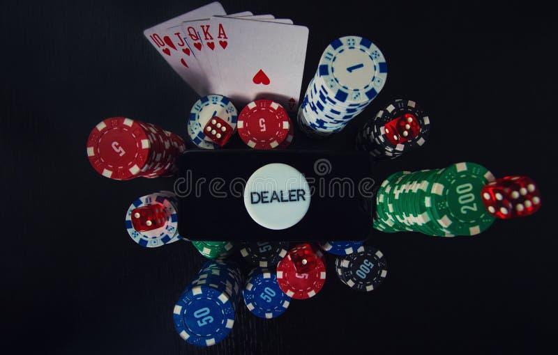 Conceito de jogo do casino em linha A tela vazia de Smartphone na pilha das microplaquetas, combinação nivelada dos cartões do pô imagens de stock royalty free