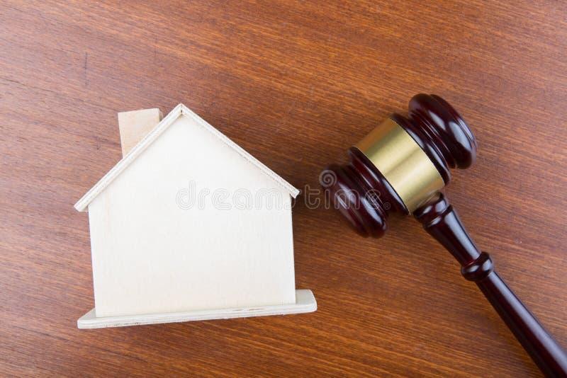 Conceito de leilão de venda imobiliária - modelo de gavel e de casa na mesa de madeira imagens de stock royalty free