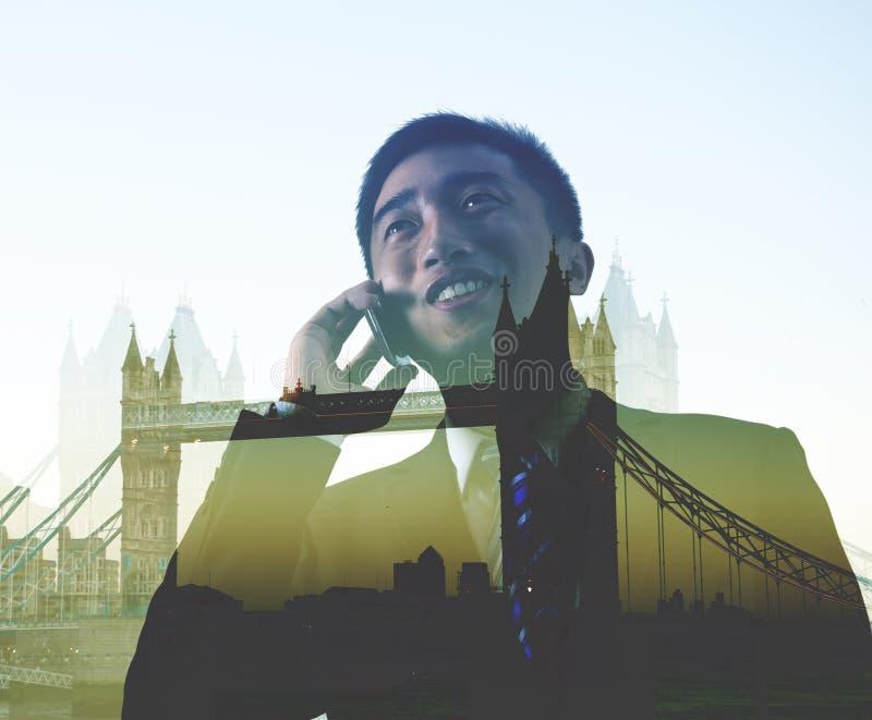 Conceito de Londres da viagem de negócios de On The Phone do homem de negócios foto de stock