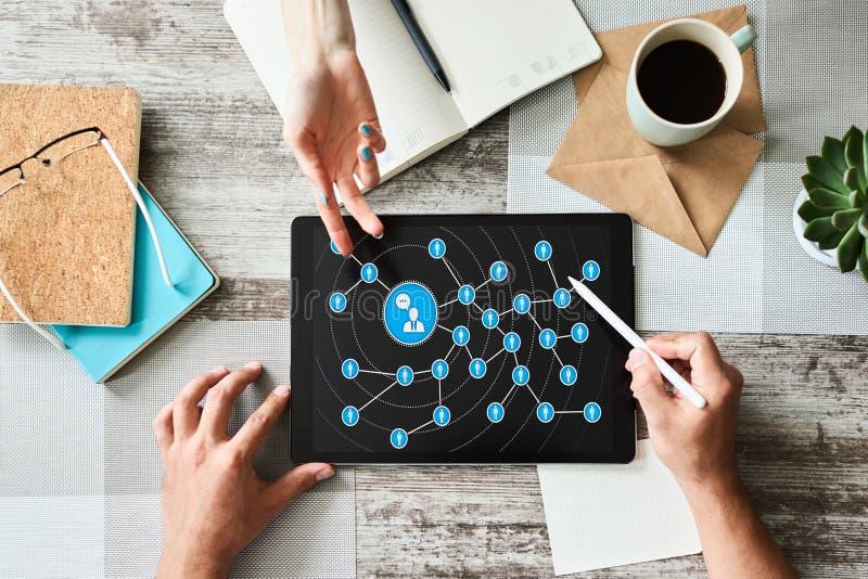 Conceito de mercado dos meios sociais na tela Rede das relações do pessoa fotos de stock