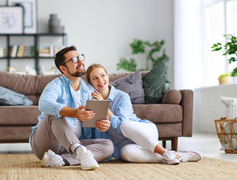 Conceito de mover-se, casa de compra planos do casal para reparar e projetar o apartamento imagem de stock