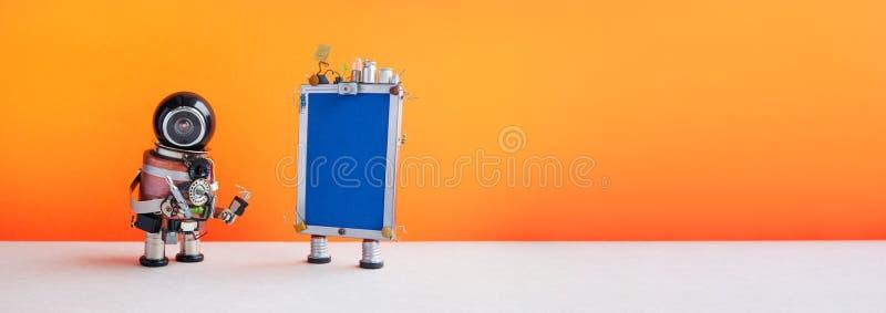 Conceito de operador do centro de atendimento ao cliente robusto Assistente de robô amigável com telefone moderno em laranja fotografia de stock royalty free